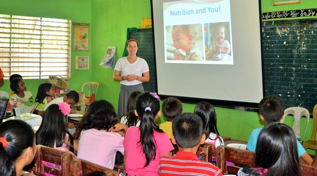 発展途上国の学校で栄養素について教育するインターン